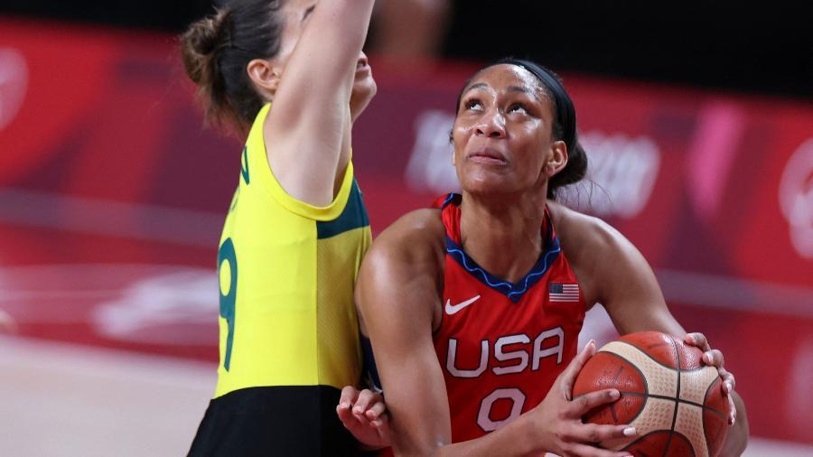 """A""""ja Wilson, dos Estados Unidos, olha para a cesta sob a marcação de Bec Allen, da Austrália, em jogo das Olimpíadas de Tóquio - Thomas Coex/AFP"""