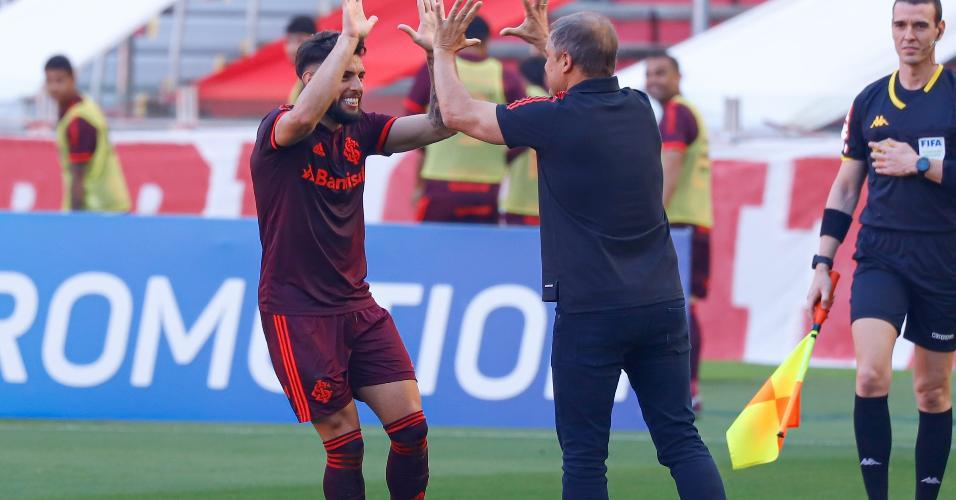 Yuri Alberto celebra o seu gol com o técnico Diego Aguirre após abrir o placar para o Inter contra o Bahia, pela 22ª rodada do Brasileirão