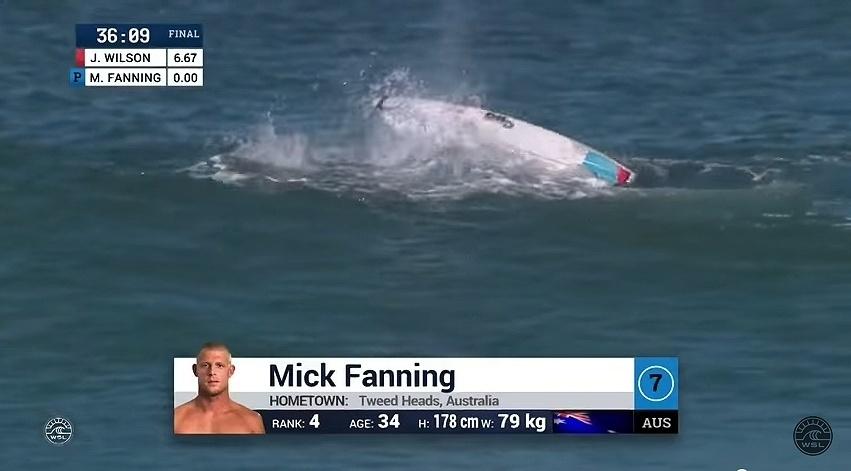 Mick Fanning é atacado por um tubarão durante final da etapa da África do Sul da Liga Mundial de surfe. O tricampeão mundial se soltou da prancha e ficou por alguns segundos desaparecido na água, até ser resgatado