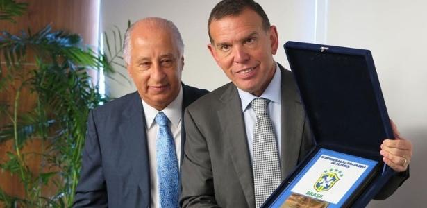 Del Nero anunciou sua saída da Fifa para o presidente da Conmebol, Juan Ángel Napout (à dir.)