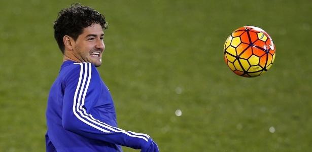 Relacionado para a partida contra o Norwich, Alexandre Pato aquece com uniforme do Chelsea