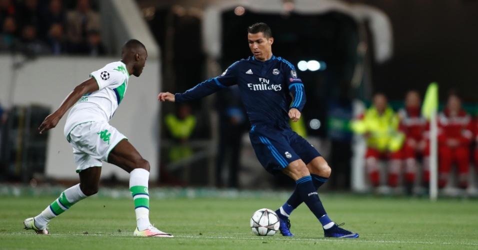 Cristiano Ronaldo tenta superar a marcação de Guilavogui na partida entre Real Madrid e Wolfsburg pela Liga dos Campeões