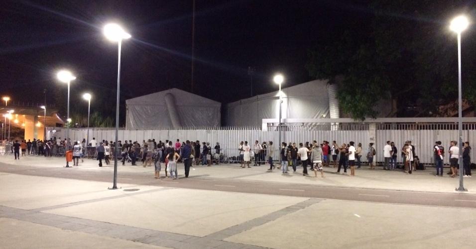 Vascaínos já dobravam a esquina no Maracanã por volta da meia-noite