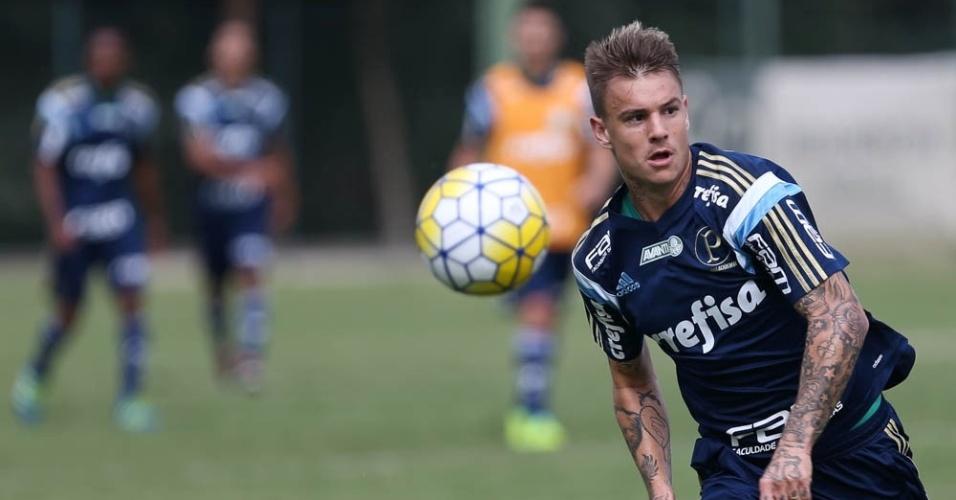 Róger Guedes em ação no treino do Palmeiras realizado em Atibaia