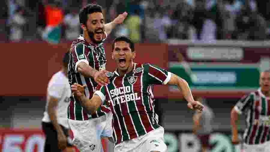Magno Alves comemora seu gol diante do Figueirense e é abraçado por Marquinho - Nelson Perez / Site oficial do Fluminense