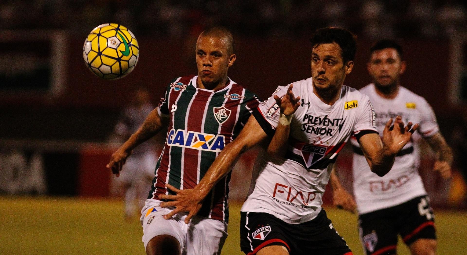 Rodrigo Caio, do São Paulo, disputa a bola com Marcos Junior, do Fluminense