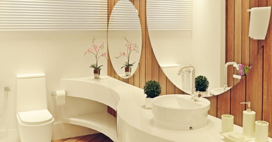 Espelhos redondos predominam no banheiro da casa