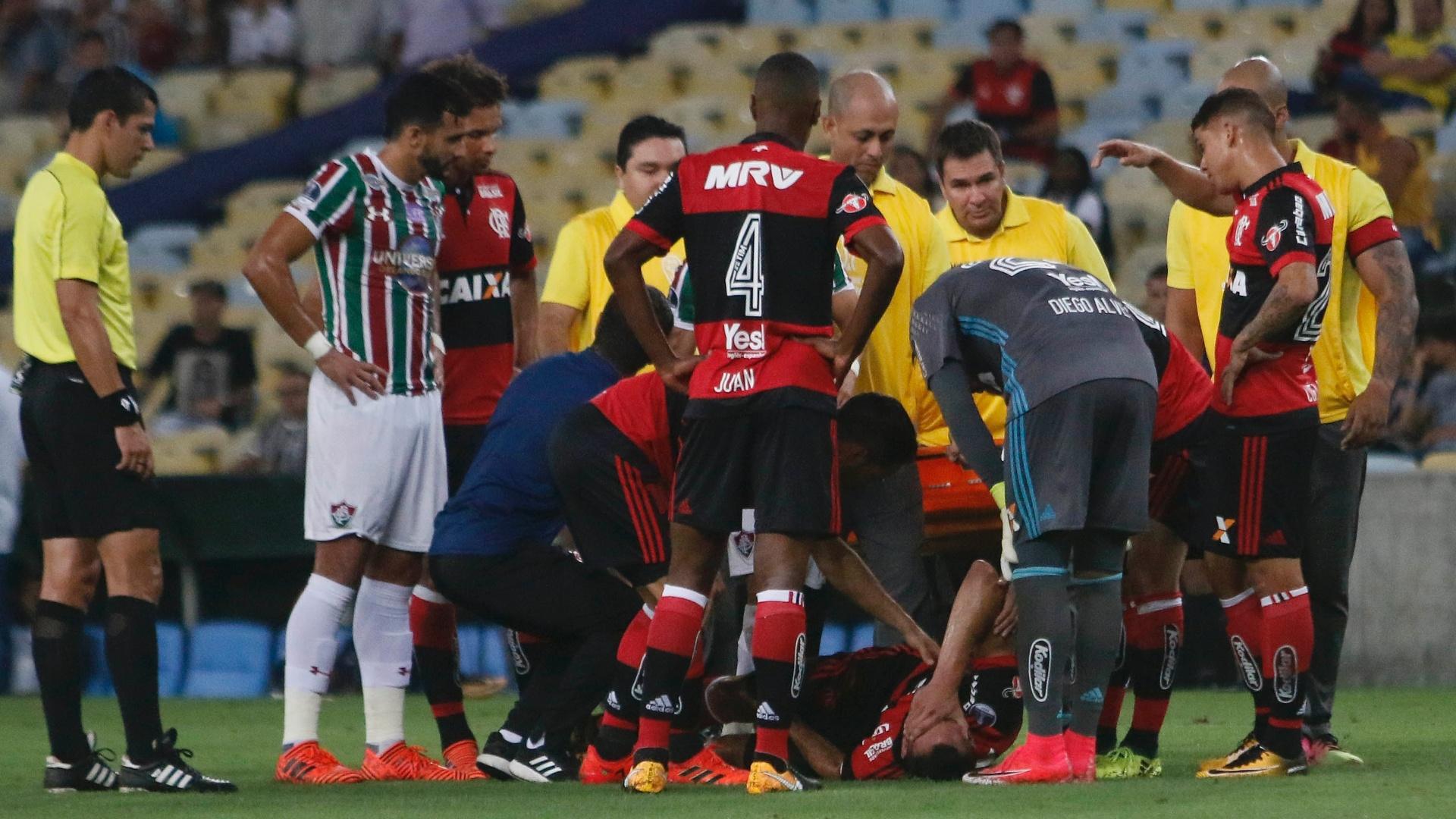 Rever, do Flamengo, chora com dores na perna esquerda após dividida com jogador do Fluminense