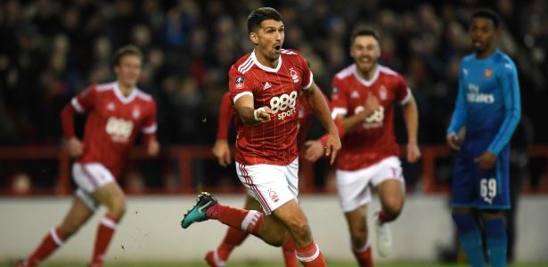 Nottingham Forest surpreende o favorito Arsenal com dois gols de Eric Lichaj