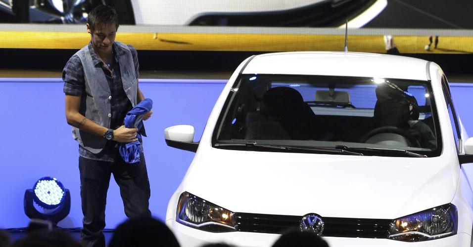 Neymar apresenta carro da Volkswagen, sua patrocinadora, no Salão do Automóvel de 2012