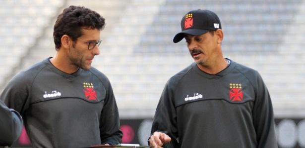 Alberto Valentim conversa com Valdir Bigode em treino do Vasco