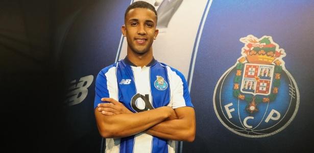 Jorge posa para foto em sua apresentação no FC Porto - Reprodução/Facebook/FCPorto