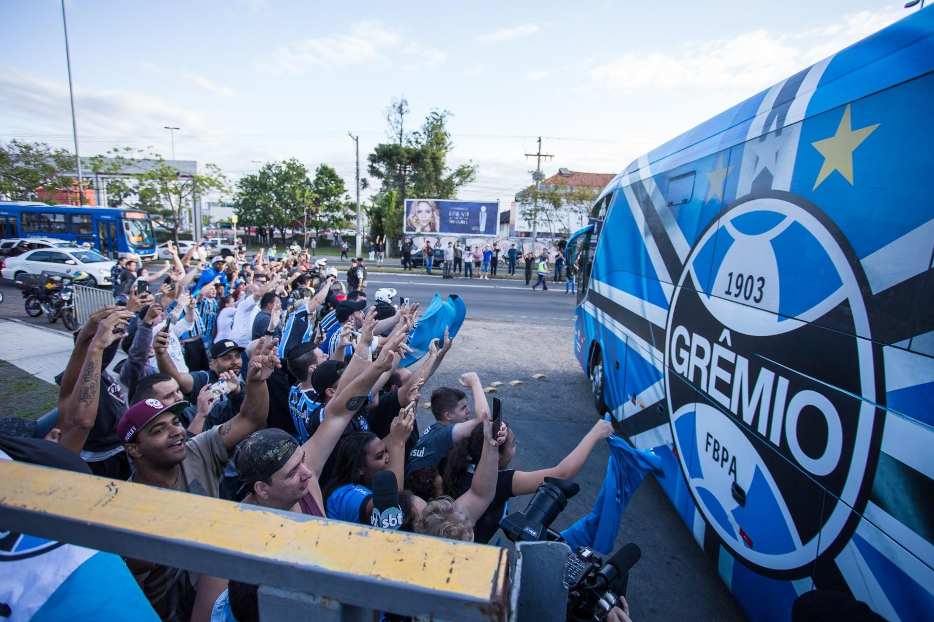 8dd9b4bc5b Grêmio é recebido com festa em Porto Alegre após vitória contra o River -  24 10 2018 - UOL Esporte