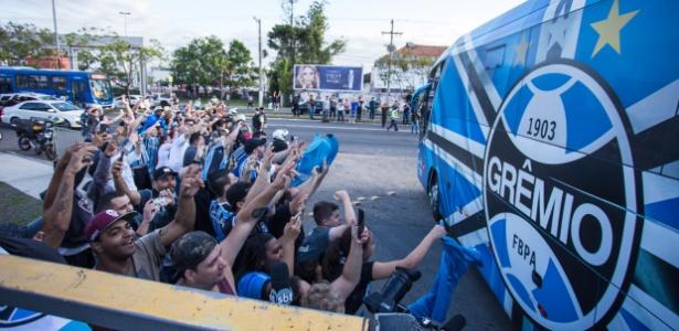 Torcida do Grêmio faz festa em chegada do time a Porto Alegre após vitória na semi - Lucas Uebel/Grêmio