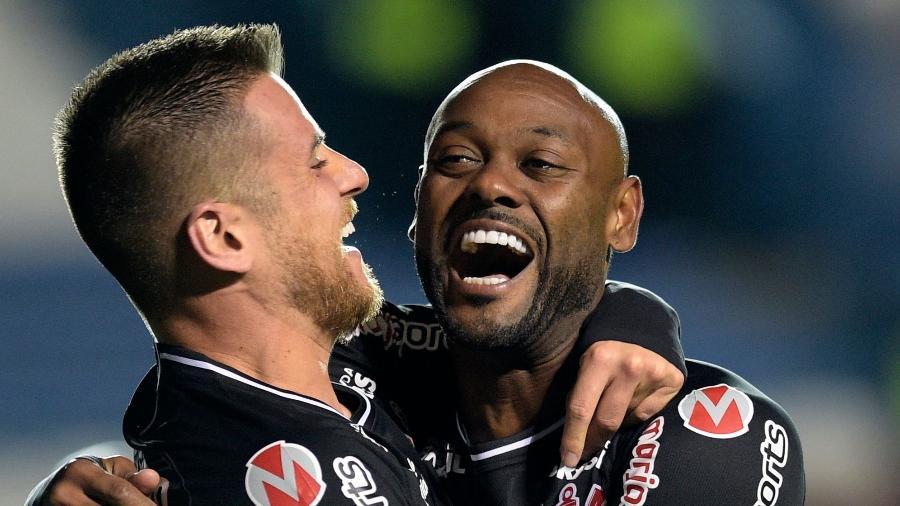 Diante da sombra de Boselli, Vagner Love marcou duas vezes na vitória que classificou o Corinthians no Uruguai - Miguel Rojo/AFP
