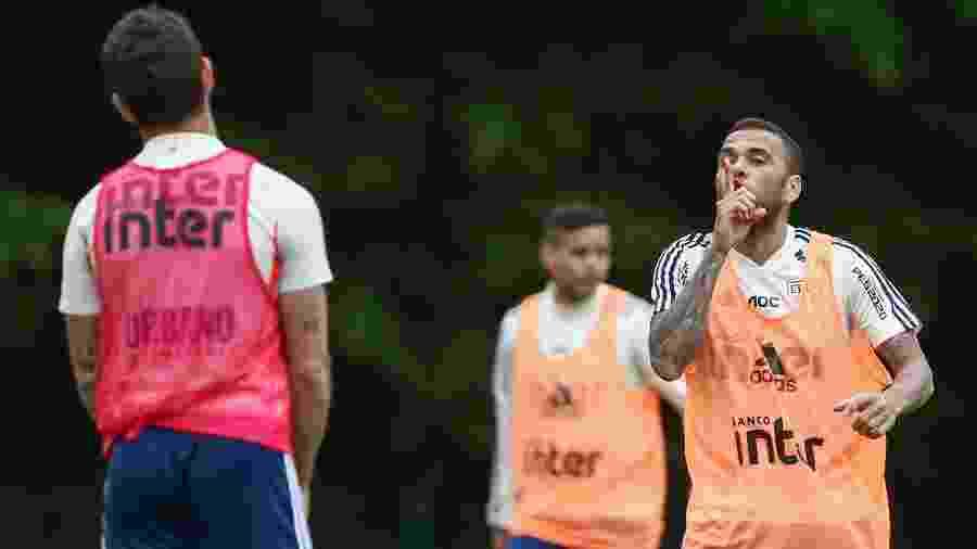 Daniel Alves comemorou gol marcado em treino do São Paulo tirando onda com Alexandre Pato - Marcello Zambrana/AGIF