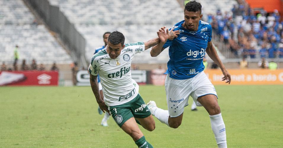 Dudu, do Palmeiras, disputa a bola com Ederson, do Cruzeiro