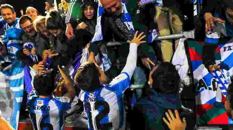 Jogadores da Real Sociedad comemorando classificação à final da Copa do Rei com a torcida - DeFodi Images / Getty Images