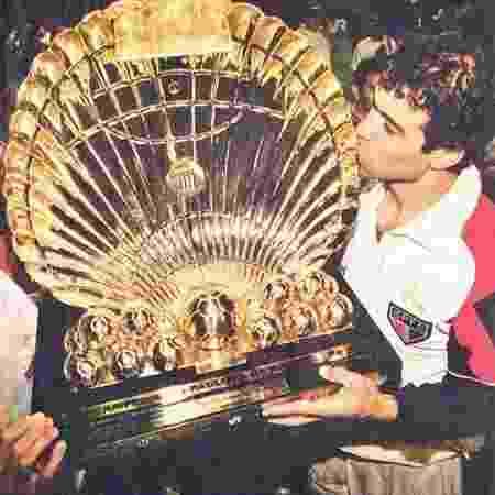 Raí beija troféu do Paulistão de 1998 - Eduardo Knapp/Folha Imagem
