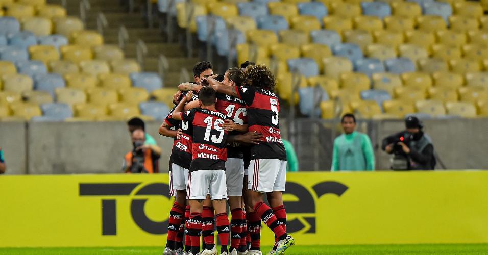 Jogadores do Flamengo comemoram gol de Gerson contra o Boavista, pelo Carioca
