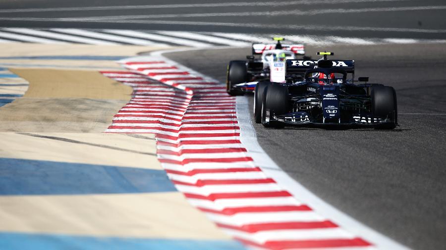 Pierre Gasly e Mick Schumacher durante teste no Bahrein, na pré-temporada 2021 da Fórmula 1  - Joe Portlock/Getty Images