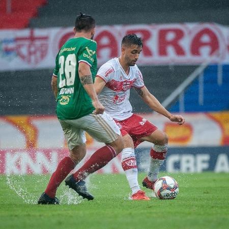 Disputa de bola no jogo entre CRB e Cruzeiro pela Série B do Brasileirão - Francisco Cedrim