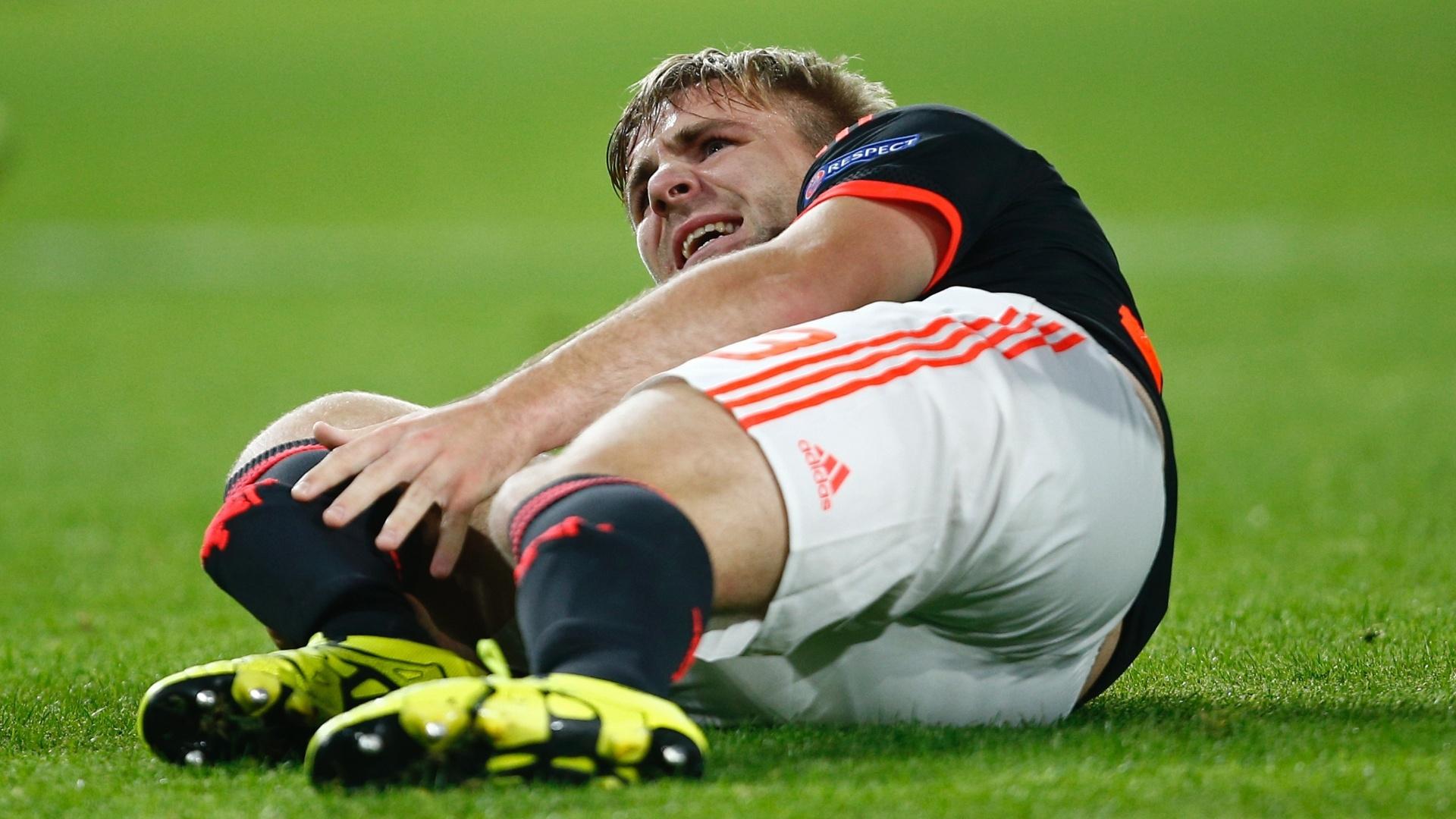 Luke Shaw, do Manchester United, fica caído no gramado após entrada dura de adversário