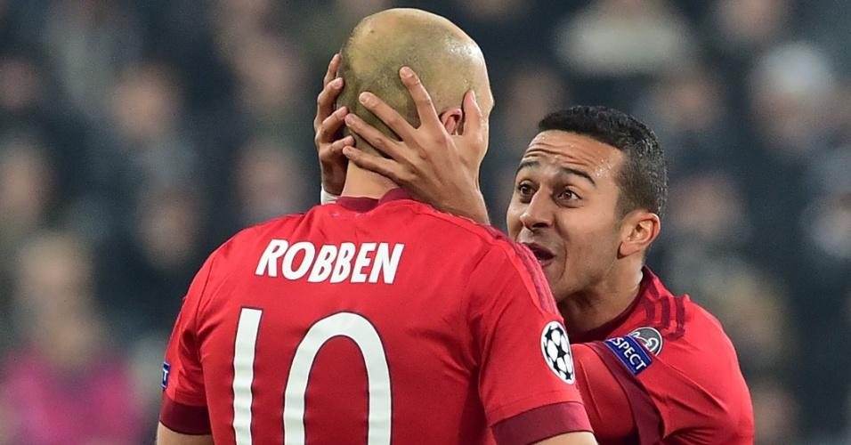 Thiago Alcantara comemora com Robben gol marcado na partida entre Juventus e Bayern de Munique pela Liga dos Campeões