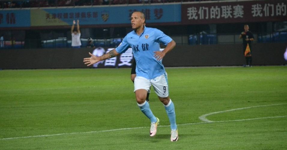 Luis Fabiano comemora após marcar para o Tianjin Quanjian