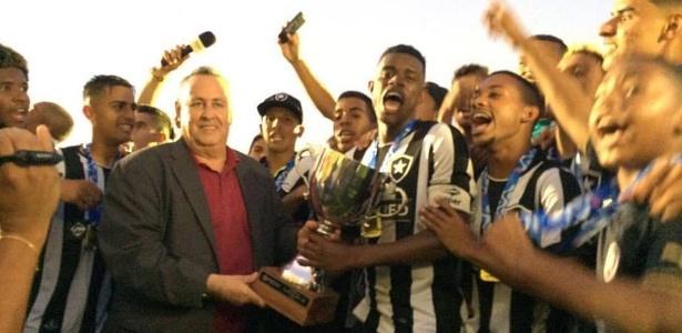 Jogadores do time sub-20 do Botafogo comemoram título carioca