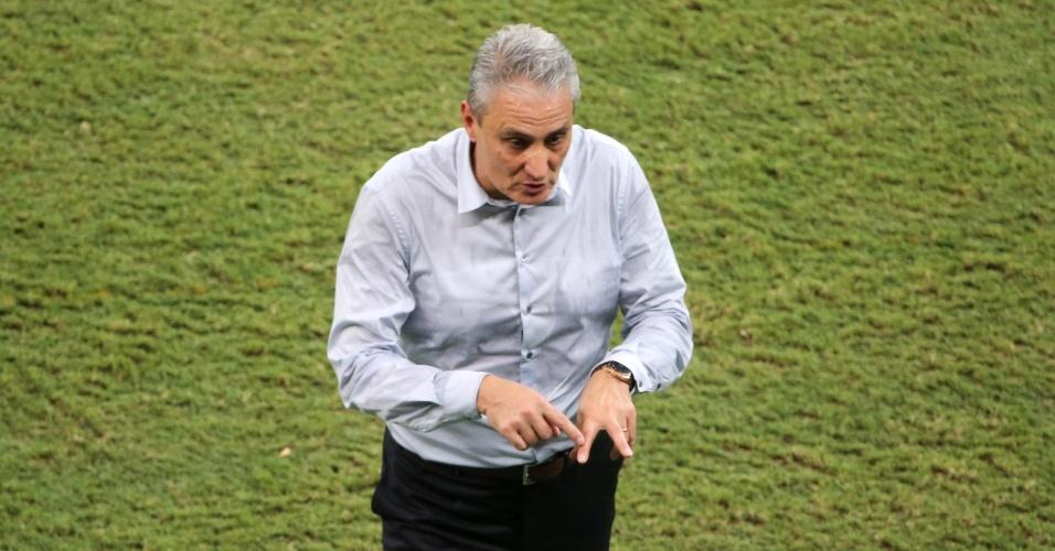 Tite gesticula em sua segunda partida no comando da seleção brasileira