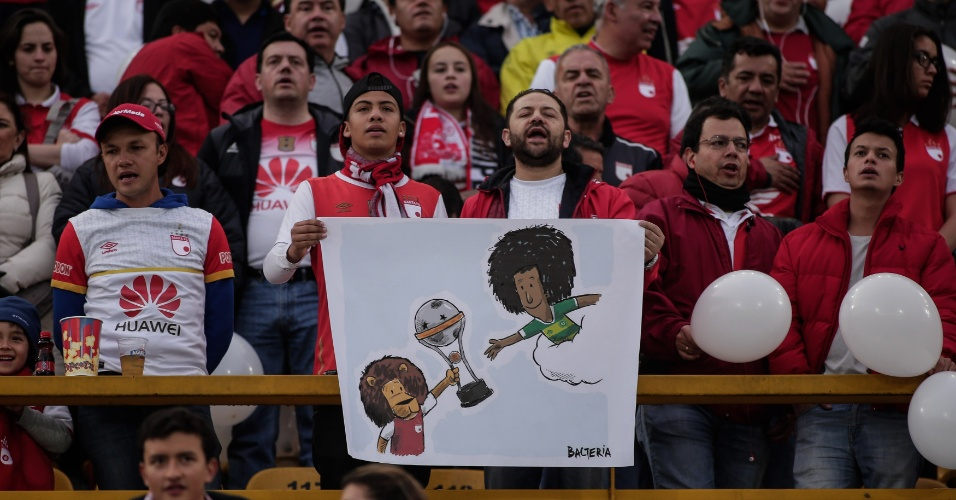 Fãs do Independiente Santa Fe prestam homenagem antes de jogo contra o Independiente Medellín, no estádio Nemésio Camacho El Campín, em Bogotá