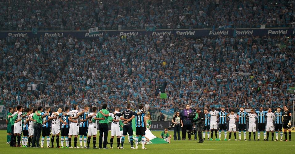 Jornalistas, comentaristas e jogadores fazem minuto de silêncio aos 71 mortos na Colômbia no centro da Arena Grêmio antes do começo da decisão