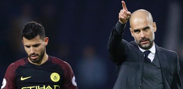 Aguero e Guardiola em campo durante jogo do Manchester City