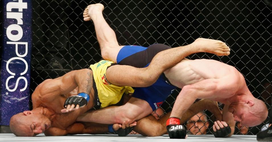 Brasileiro Roan Carneiro (esquerda) perdeu para o americano Ryan LaFlare no UFC 208