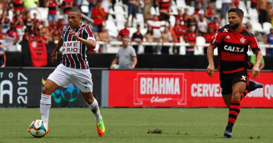 Wellington Silva e Diego em ação durante o clássico Flamengo e Fluminense