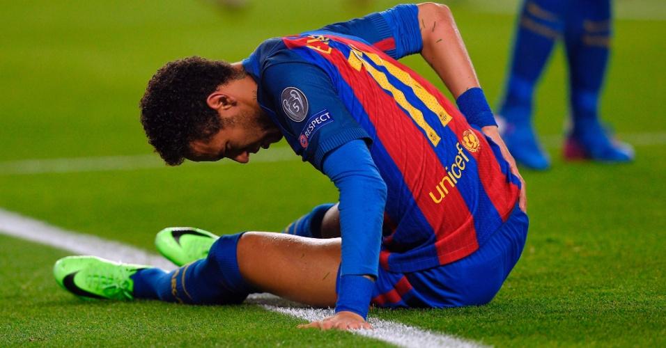 Neymar põe a mão nas costas em jogo do Barcelona