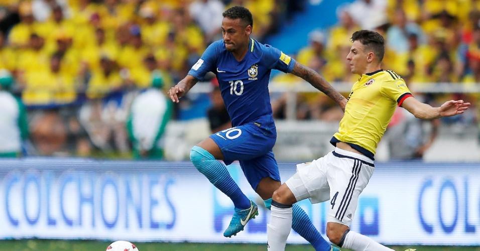 Neymar passa pela marcação de Arias em Colômbia x Brasil pelas Eliminatórias