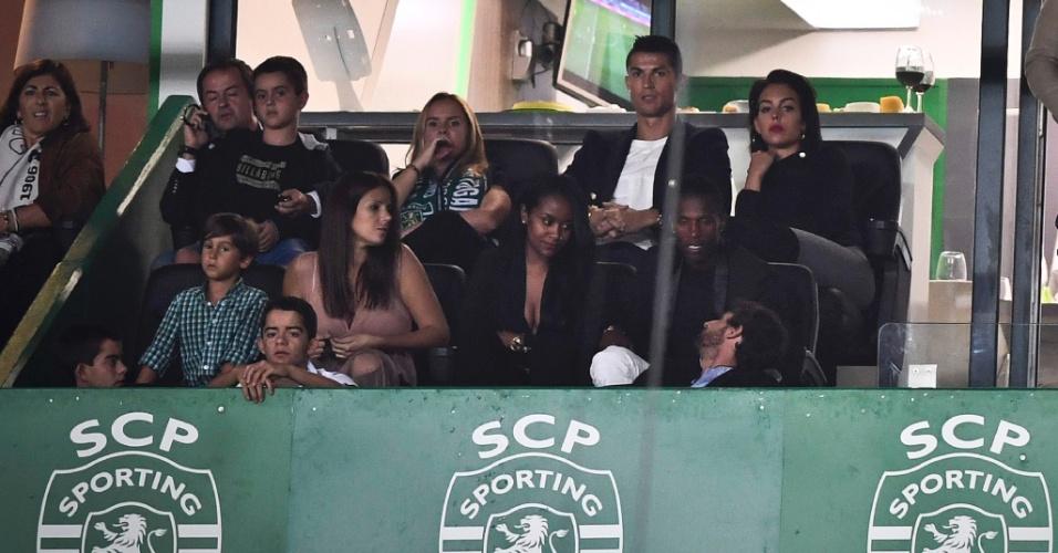 Cristiano Ronaldo assiste a jogo do Sporting