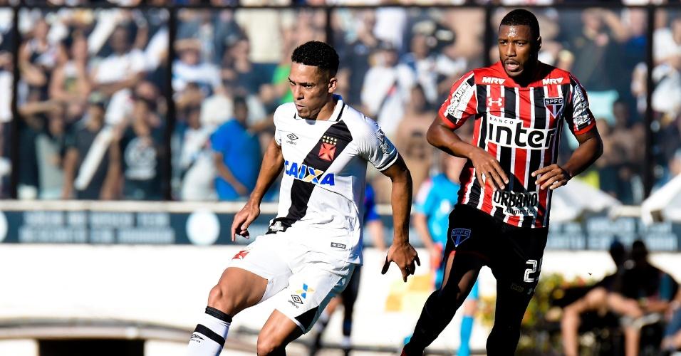 Gilberto faz o domínio pelo Vasco e é observado por Jucilei, do São Paulo