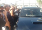 Torcedores arrombam portão, invadem estádio e treino do Bota é cancelado (Foto: Bernardo Gentile/UOL)
