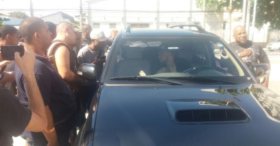 Confusão no Engenhão   Torcedores invadem estádio e treino do Botafogo é cancelado