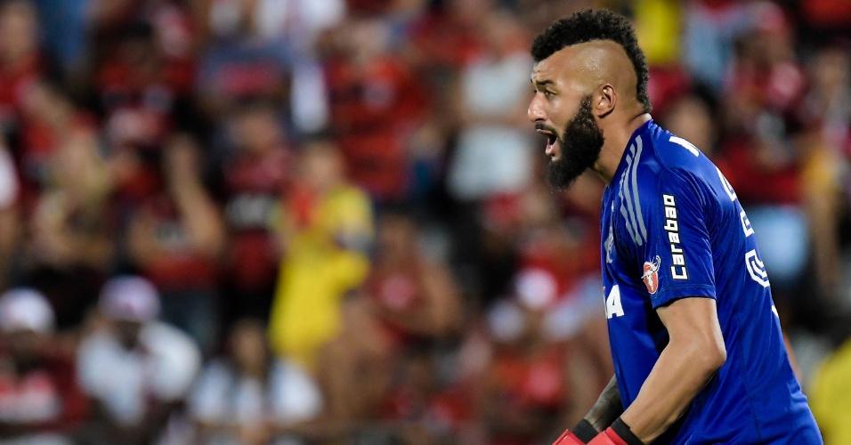 Alex Muralha em ação na partida entre Flamengo e Santos