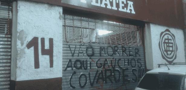 Entrada da torcida visitante pichada com ameaças aos gremistas - Gustavo Figueiredo/UOL