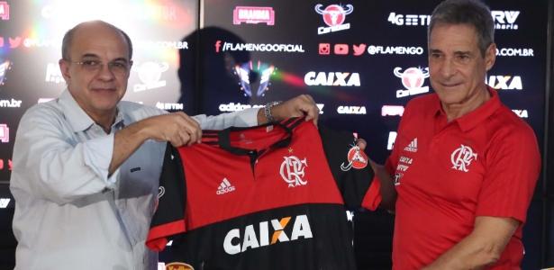 Eduardo Bandeira de Mello (e) apresenta mais um técnico: agora, é Carpegiani (d)