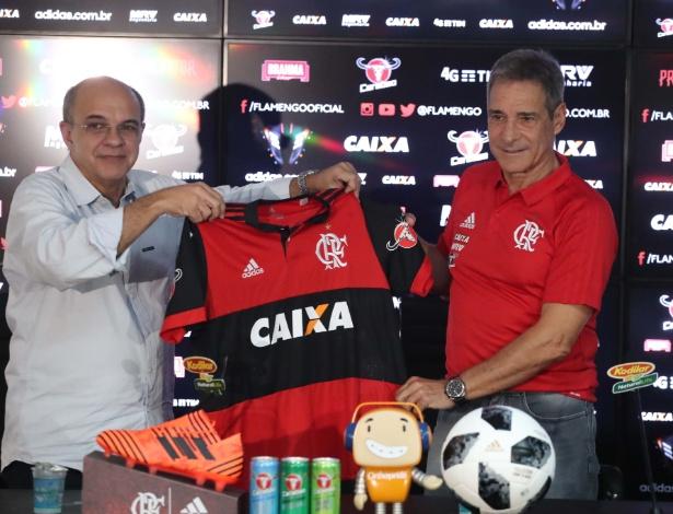 O presidente Bandeira de Mello apresenta Paulo César Carpegiani: passagem frustrada - Gilvan de Souza/Flamengo