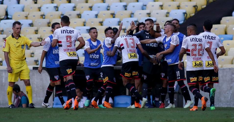 Jogadores do São Paulo comemoram gol de Militão contra o Fluminense