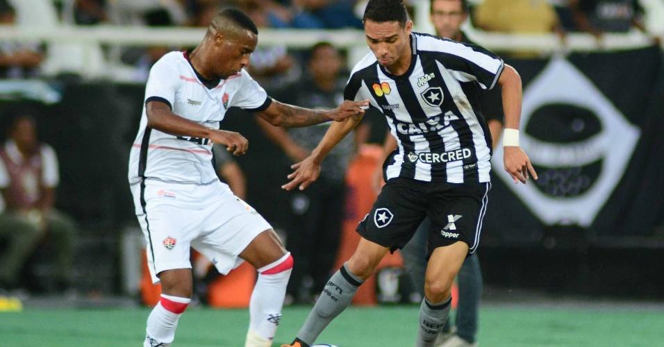 Luiz Fernando, do Botafogo, e Jeferson, do Vitória, disputam bola durante partida do Brasileirão