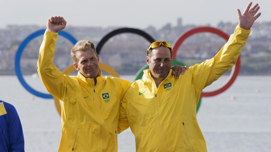Ao lado de Robert Scheidt, Bruno Prada (à dir.) comemora a medalha de bronze conquistada nos Jogos Olímpicos de Londres - Lalo de Almeida/ Folhapress