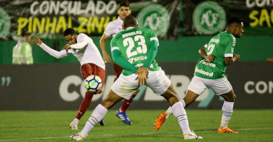 Everaldo chuta para marcar o primeiro gol do Fluminense diante da Chapecoense